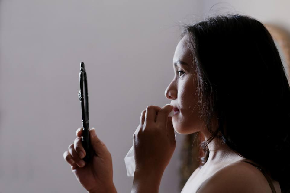 Bersihkan makeup sebelum mencuci wajah dengan air