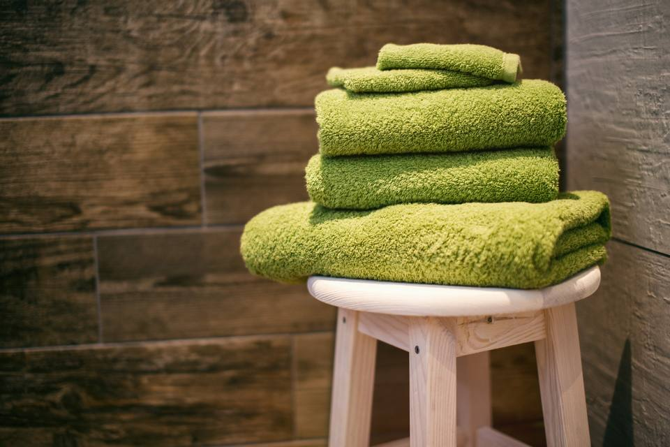 Keringkan wajah menggunakan handuk bersih